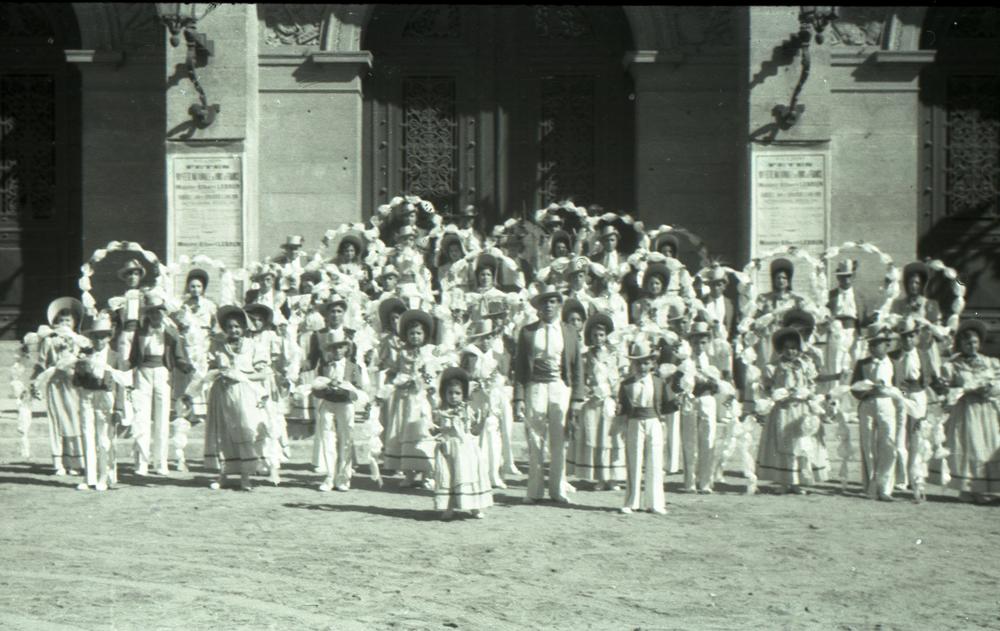 Les Treilleurs de Gabriel Picarel devant le théâtre municipal en 1936